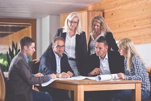 Bruno Bohrer mit der Familie am Planungstisch